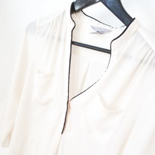 Fin enkel vit blus med svarta detaljer   Kan mötas upp i Huddinge, Älvsjö, Årsta, Globen & Västberga