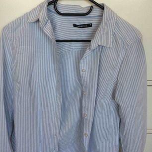 Blåvitrandig skjorta från Gina. Använd max 2 ggr så riktigt bra skick. Köparen står för frakt!