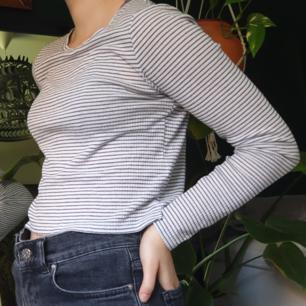 Långärmad randig tröja, slutar vid mina hög midjade jeans (är 165 cm lång). Köpte den ett par år sedan, men är i bra skick. Kan mötas upp på söder i Stockholm/köparen står för frakt.