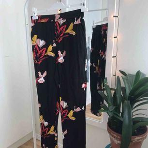🌺 Fina raka kostymbyxor med röda blommor på inköpta på Lindex modell Bella. Superbekväma och fin passform men har bara hunnit användas en gång