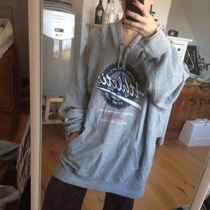 Hoodie i stooor storlek så jag har använt den som tröjklänning. Annars riktigt bra myströja!  Köparen står för frakt!