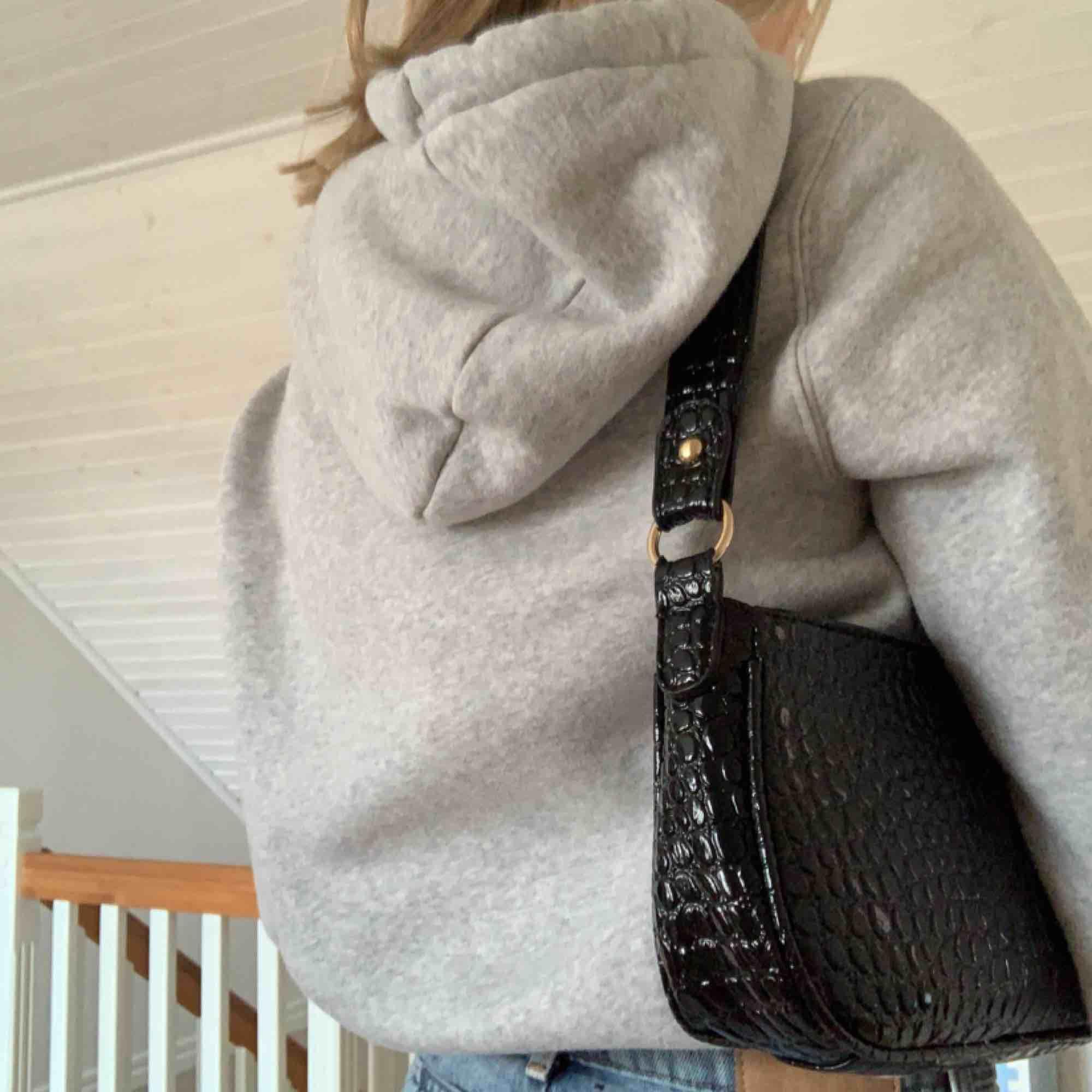 Skitsnygg hoodie köpt på herravdelningen på hm, använt max en gång   Budgivning pågår. Huvtröjor & Träningströjor.