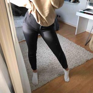 Svarta kostymbyxor som är lågmidjade, säljer pga av att används aldrig. Köparen står för frakten (45kr)