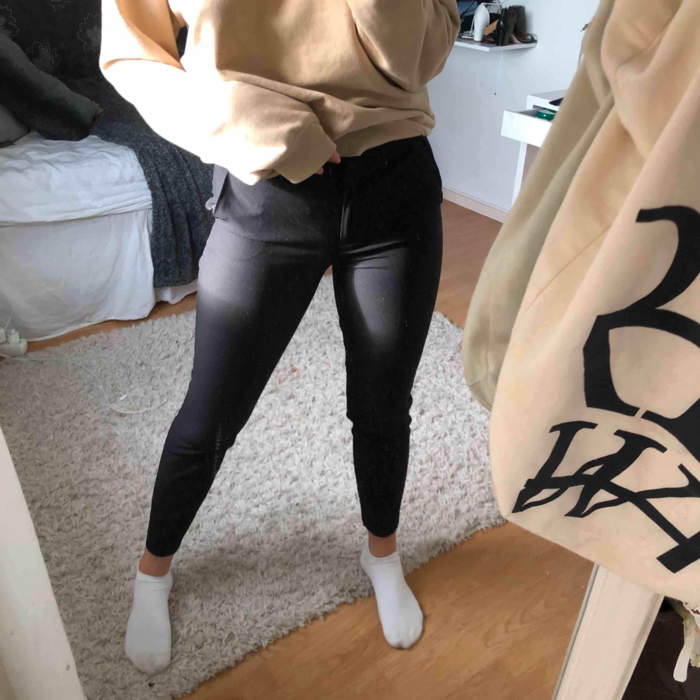 Svarta kostymbyxor som är lågmidjade, säljer pga av att används aldrig. Köparen står för frakten (45kr). Jeans & Byxor.