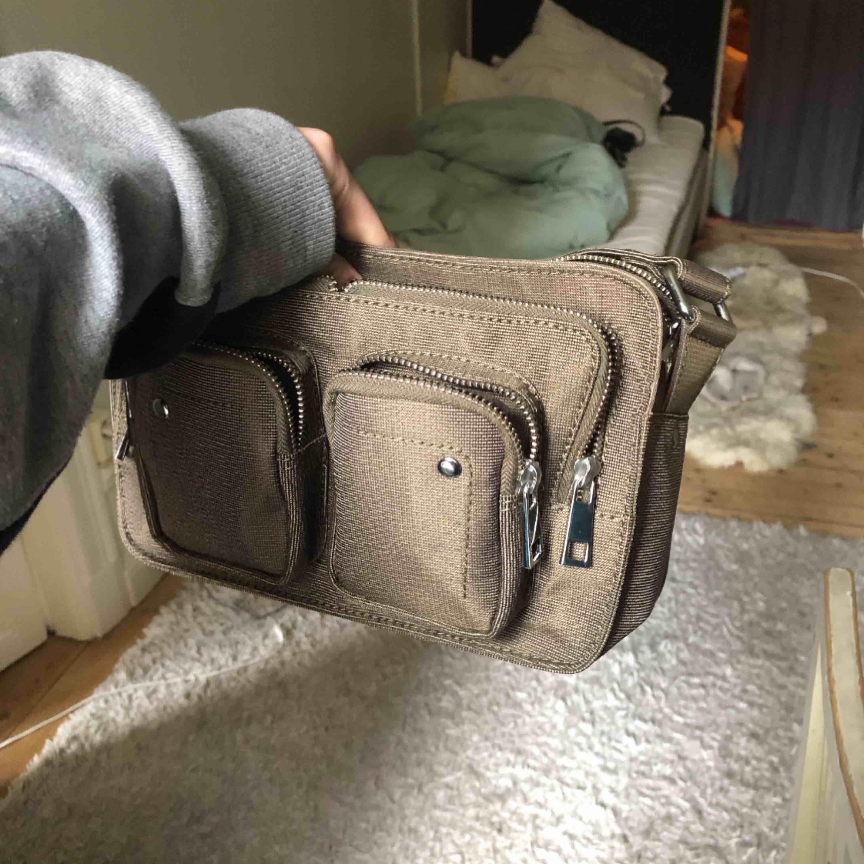 En super snygg väska ifrån Nunoo, som aldrig är använd. Nypris 1000kr så säljer för 400 +frakt. Kontakta för mer info! Postar så fort som möjligt. Har haft fler i samma modell o får plats mycket i! Väldigt snygg till hösten o vintern!. Väskor.