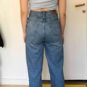 Ljusa högmidjade Wide leg jeans. Puddle modellen från urban outfitters. Slitna längst ner på byxbenen, men det är så jag köpte dom :) lovar. Midjan är 25 inches/ 66 cm byxbenen är 32 inches/ 81 cm långa.