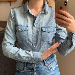 It's Britney Bitch. Jeansskjorta från vila med en västern look. Frakt 42kr