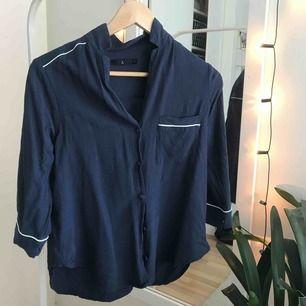 """🦕 Mörkblå blus i """"pyjamasmodell"""" med vita detaljer. Ostruken men mycket sparsamt använd!"""