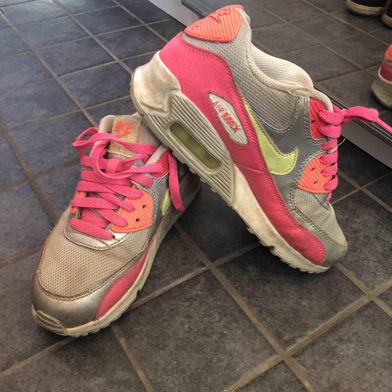 Nike air Max i neon. Aningen smutsiga- ej tvättade.  Köparen betalar frakten . Skor.
