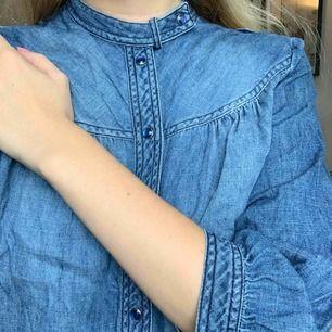 Jeansskjorta med unika detaljer. Står ingen storlek med för mig som är storlek 36 sitter den tightare men det funkar! Frakt :42kr