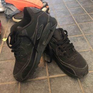 Svarta sneakers från Nike. Air Max. Använda tre gånger.  Köparen står för frakten