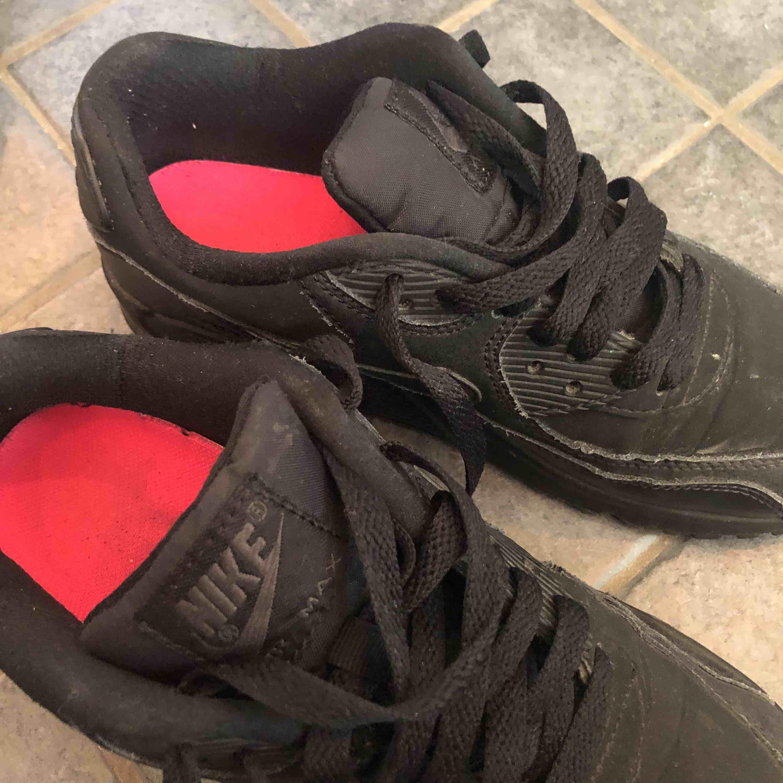 Svarta sneakers från Nike. Air Max. Använda tre gånger.  Köparen står för frakten. Skor.