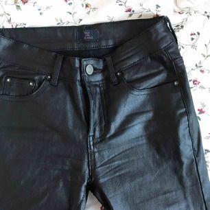 """snygga """"skinn""""/latex byxor från nelly, låg/regual waist. storlek S. använda men i fint skick, superbekväma! fri frakt 💛"""