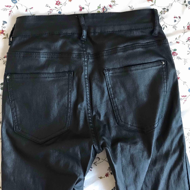 """snygga """"skinn""""/latex byxor från nelly, låg/regual waist. storlek S. använda men i fint skick, superbekväma! fri frakt 💛. Jeans & Byxor."""