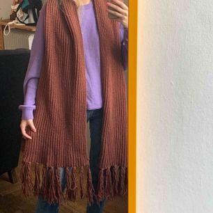 Stor halsduk från Gina tricot, använd så inte helt nyskick men fortf användbar. Frakt 63kr