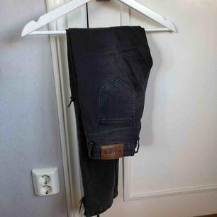 Grå skitsnygga jeans från NAKD Med hål på knäna och slits!! Skit snygga men kommer ej till användning hos mig!!😁😊