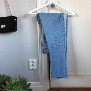 Blå skitsnygga och trendiga mom jeans från nakd, alltså är det stuprörsjeans Storlek 36