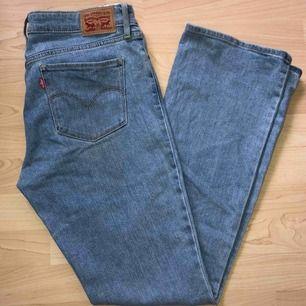 715 bootcut jeans från Levi's. Använda fåtal gånger så de är nästintill nya. Köpta för 1000kr frakten inräknat i priset. 🔥