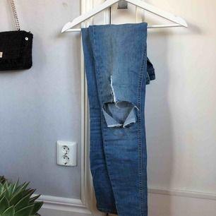 Skitsnygga jeans med ett hål på knäet