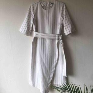Drömmig klänning med skärp från weekday. Kan hämtas i Stockholm eller skickas!