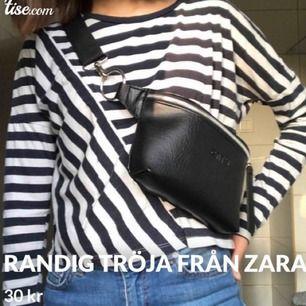 En svart- och vitrandig tröja från Zara! Sparsamt använd och har inga defekter.