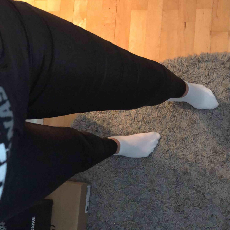 Skinnbyxor från vero Moda storlek xs/30. Använda men fortfarande i bra skick. . Jeans & Byxor.