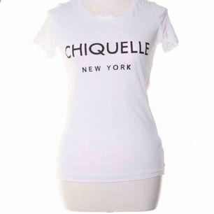 Säljer denna vita tröja från Chiquelle! Använd några gånger men är i bra skick utan fläckar! Den är i stolen M men nassar Xs för den är väldigt liten i storleken.