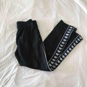 KAPPA popper pants i svart. sparsamt använda, så bra skick! knappar hela vägen upp längs sidan. frakt tillkommer! kolla mina andra annonser så kan jag skicka flera saker samtidigt om det är av intresse 😌⚡️