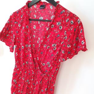 Härlig hallonröd klänning från Gina Tricot  Kan mötas upp i Huddinge, Älvsjö, Årsta, Globen & Västberga