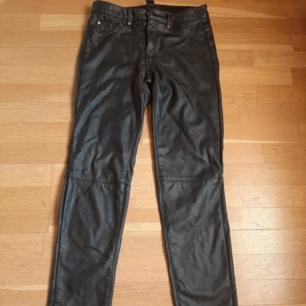 Skinnimitations byxor från HM strl XS.  Jeansmodell med 2 bakfickor. Använda 1 gång.