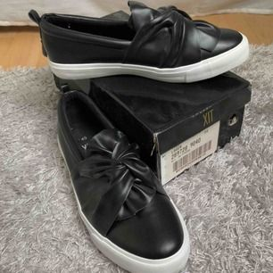 Helt oanvända skor köpta på DinSko, märket XIT Nypris 350kr Storlek 40 men känns som 39  Möts helst upp i Lund annars tillkommer frakt