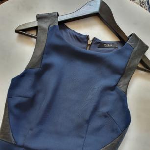 Marinblå insydd klänning med fejk skinn detaljer   Kan mötas upp i Huddinge, Älvsjö, Årsta, Globen & Västberga
