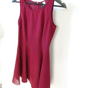 Vinröd basis klänning från hm Insydd så den är jätte snygg på och passar en 36a perfekt.   Kan mötas upp i Huddinge, Älvsjö, Årsta, Globen & Västberga