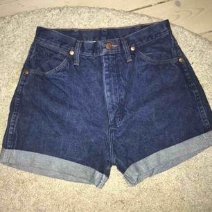 Skitfina, vintage shorts från märket Wrangler. Högmidjade med ett midjemått på 71cm 🥰🥰