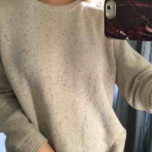 En stickad tröja från Wera. Använd men är fortfarande i ett gott skick. Frakt inkluderat i priset!