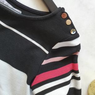 Rak klänning med vita, rosa och svarta ränder.  Kan mötas upp i Huddinge, Älvsjö, Årsta, Globen & Västberga