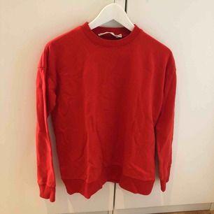 Röd collegetröja, knappt använd i storlek XS  Köparen står för frakten!