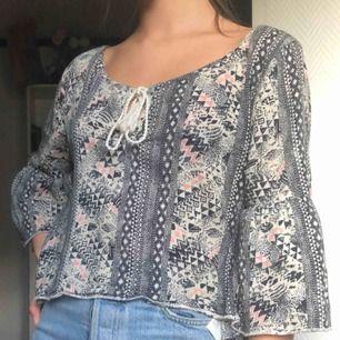 Flowig mönstrad tröja från Hollister, knappt använd. Säljer pga för stor