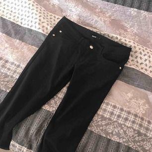 Jeans från @bikbok i strl M, men de är små i storleken så jag rekommenderar för strl S!  Lite lågmidjade(normala), men annars super snygga och nästan i nyskick!!  Frakten är 30kr :)