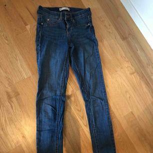 Säljer ett par blåa jeans i storleken S från Gina Modell ALEX Köparen står för frakten!