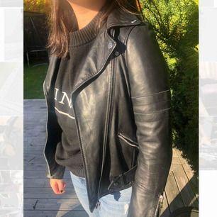 Säljer denna as trendiga skinn jackan från zara som inte kommer till användning för mig:( köparen står för frakten och priset kan disskuteras!!