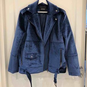 Blå jacka från Monki i sammet i stl S, frakt tillkommer<333