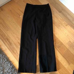 Säljer svarta kostymbyxor i storlek 34 från Kappahl Köparen står för frakten!