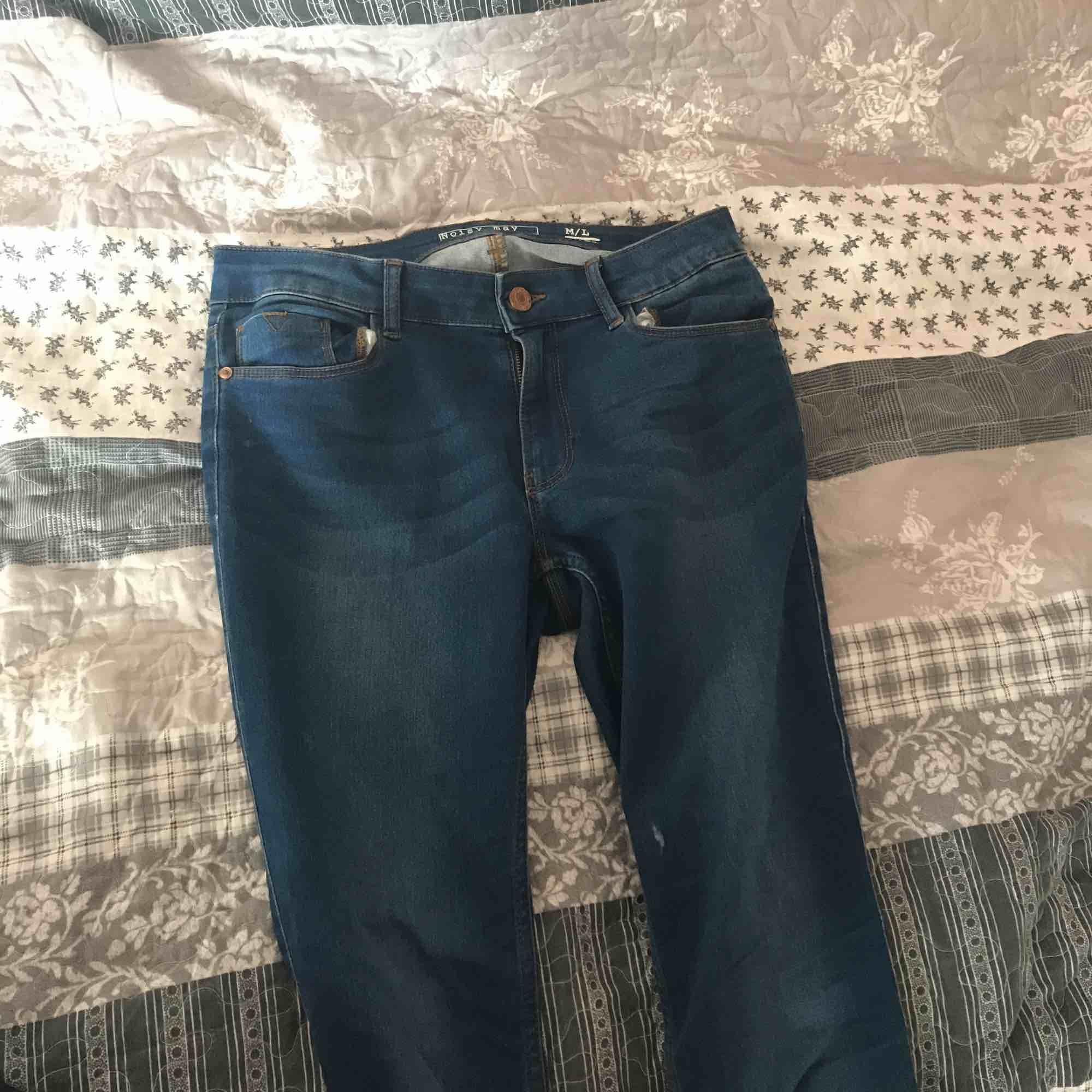 """Knappt använda Noisy May jeans köpta i Stockholm nånstans 💖☺️ så nyskick, (utöver att de legat i en garderob i 2 år). Väldigt skön modell 😍 tyvärr ej kommit till användning. Pris kan diskuteras och frakt går att delas på!!☺️ Strl heter """"M/L"""" längd 32. Jeans & Byxor."""