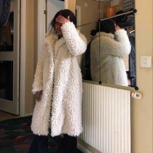 Super fin/cool pälskappa Färg, vit  Oversize modell. Passar stl Xs-S beroende på hur man vill bära den. Jag är en stl Xs se bild. I ganska gott och fint skick.