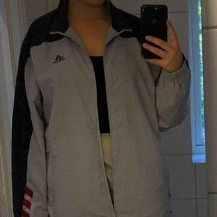 Jacka från Adidas i stl 42/44, helt oanvänd efter att jag köpte den på Humana, frakt tillkommer