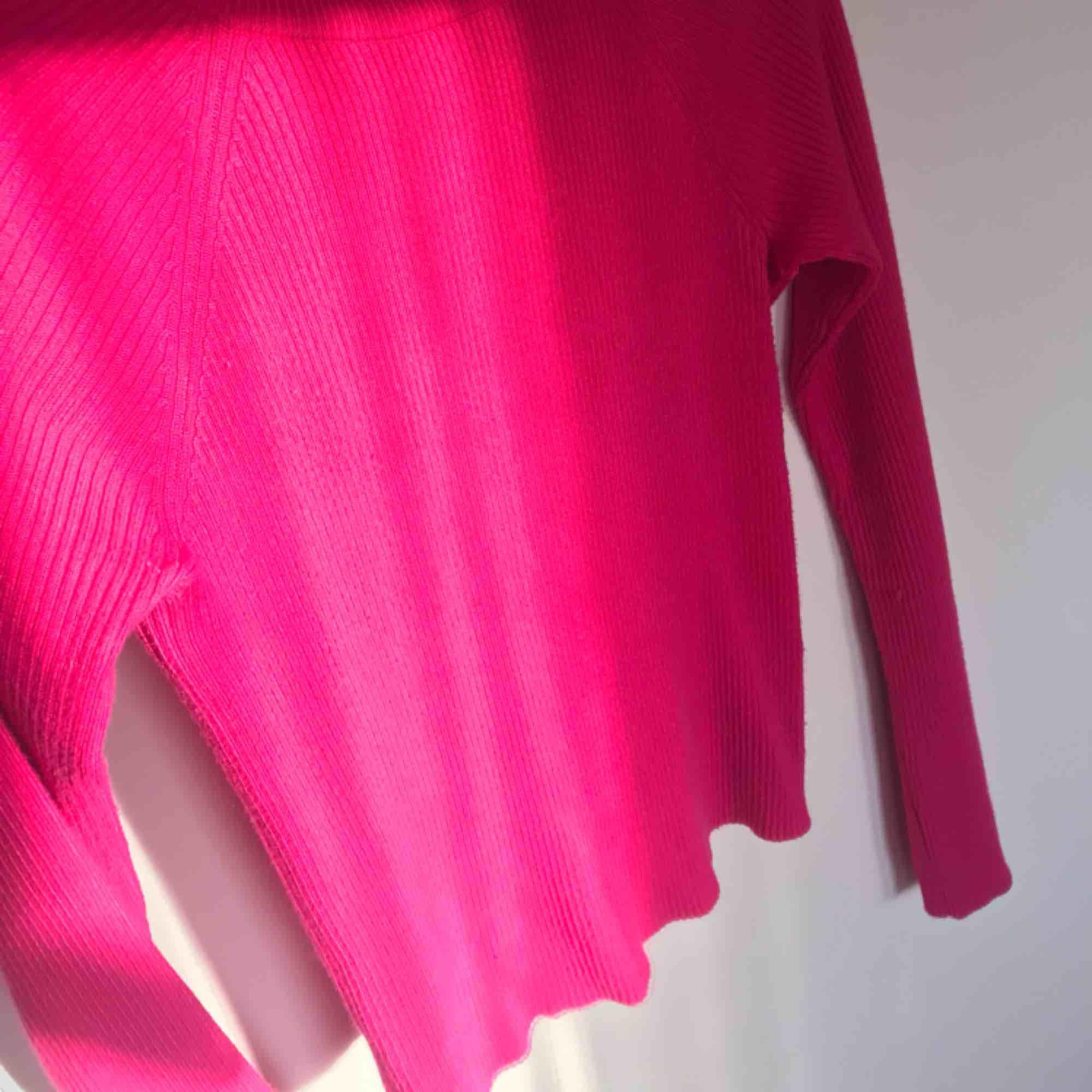 Snyggaste rosa tröjan!!! Har bara använts 3 gånger 😍 pris går o diskuteras!!💖. Tröjor & Koftor.