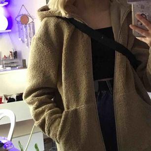 Teddyjacka från H&M, inget fel på, fodrad med dragkedja<3