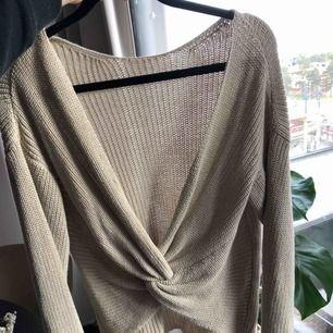 Fin stickad beige tröja med öppen rygg, använd en gång. Fint skick