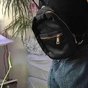 Mini ryggsäck, använd kanske 1 eller 2 ggr. Banden går att göra längre och kortare om så önskas <3